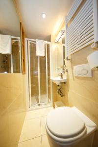 A bathroom at Studios2Let