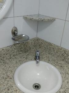 Um banheiro em Flat Avenida Oceânica Barra