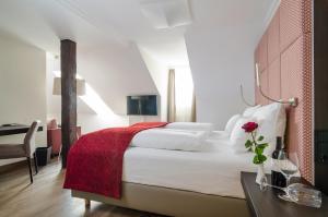 Ein Bett oder Betten in einem Zimmer der Unterkunft Gasthof Goldener Fisch