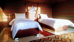 En eller flere senge i et værelse på Beyond Wadi Rum Camp