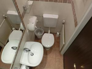 A bathroom at Hotel Haus Am See - Hallstatt Lake