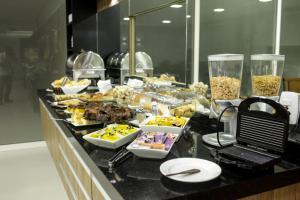 Um restaurante ou outro lugar para comer em Litani Comfort Inn