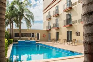 Der Swimmingpool an oder in der Nähe von Best Western PLUS Monterrey Airport
