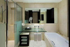 حمام في فندق بارك حياة جدة - مارينا , نادي وسبا