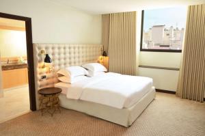 Een bed of bedden in een kamer bij Hyatt Regency Nice Palais de la Méditerranée