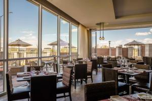 A restaurant or other place to eat at Hyatt Regency Aurora-Denver Conference Center