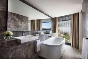 A bathroom at Hyatt Regency Sydney