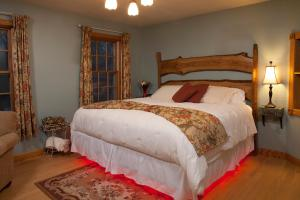 A bed or beds in a room at Hidden Serenity Bed and Breakfast