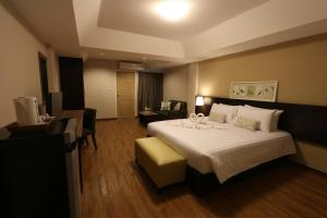 A bed or beds in a room at Golden Jade Suvarnabhumi