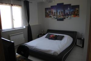 Een bed of bedden in een kamer bij La ferme de Coron