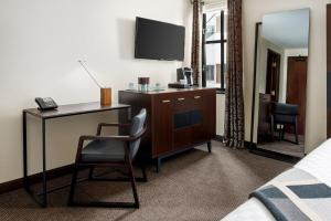 A television and/or entertainment center at Distrikt Hotel Pittsburgh, Curio Collection by Hilton