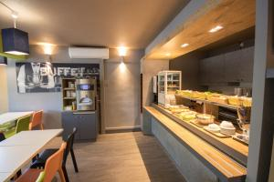 A restaurant or other place to eat at ibis budget Narbonne Est