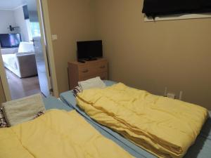 Säng eller sängar i ett rum på Alholmens Camping & Stugby