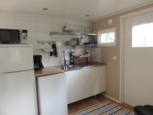 Ett kök eller pentry på Alholmens Camping & Stugby