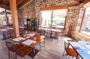 Un restaurante o sitio para comer en Hotel Rural La Bolera
