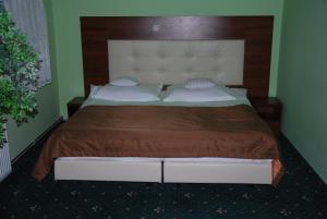 Łóżko lub łóżka w pokoju w obiekcie Hotel Jagielloński