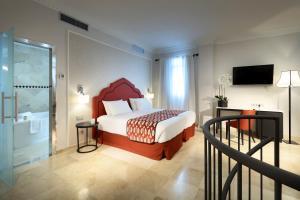 A bed or beds in a room at Eurostars Regina