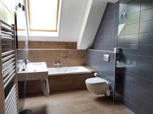 A bathroom at Rijksmonument Hotel de Sprenck
