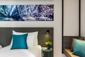 A bed or beds in a room at Cross Vibe Bangkok Sukhumvit - formerly X2 Vibe Bangkok Sukhumvit