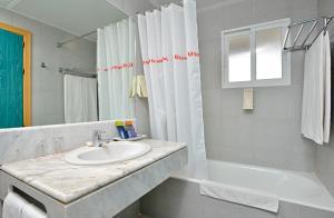 A bathroom at Sol Milanos Pingüinos
