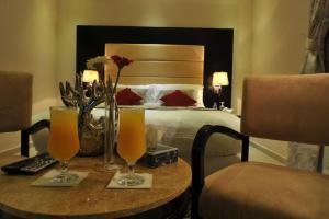 Cama ou camas em um quarto em Al Janaderia Suites 7