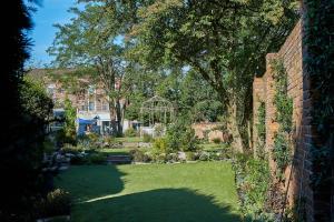 A garden outside Hotel Cromwell Stevenage