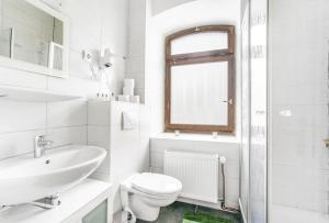 A bathroom at Nurburgring Rooms Pinocchio