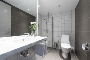 A bathroom at PS:hotel by Nordic Choice