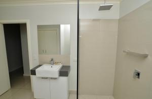 A bathroom at Doze On Green