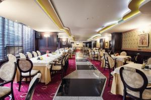 A restaurant or other place to eat at Grand Hotel Hebar