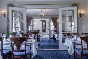 A restaurant or other place to eat at Kronen Gaard Hotel