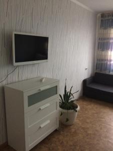 """Telewizja i/lub zestaw kina domowego w obiekcie Apartments """"Ruso Turisto"""""""