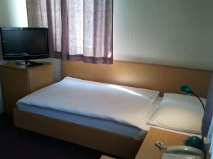 A bed or beds in a room at Gästehaus Galant
