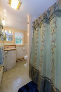 A bathroom at The Elmhurst Inn