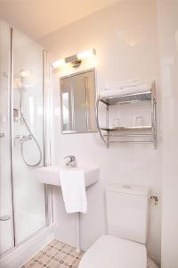 A bathroom at Zazie Hôtel