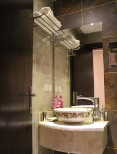 Um banheiro em درر رامه للأجنحة الفندقية 4