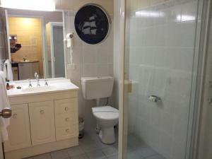 A bathroom at Admiral Nelson Motor Inn