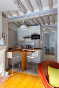 A kitchen or kitchenette at L'Adresse Honfleur