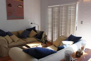 A seating area at 6/34 Kendall St, Byron Bay - Kendall Beach Apartments