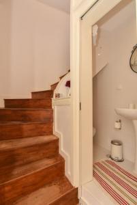 A bathroom at Guindais Oporto Apartments III