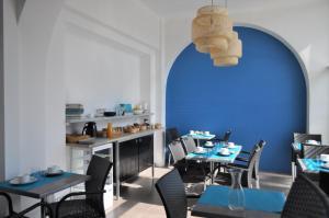 A restaurant or other place to eat at Hôtel de la Mer