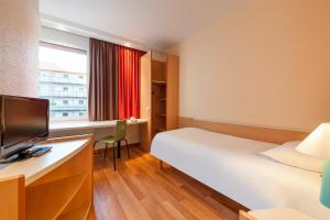 A bed or beds in a room at ibis Berlin Ostbahnhof