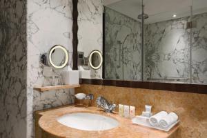 Ванная комната в Crowne Plaza - Dubai Jumeirah, an IHG Hotel