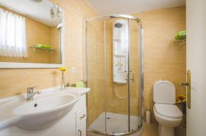 A bathroom at Near beach and Oporto