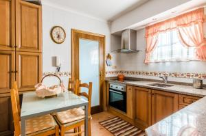 A kitchen or kitchenette at Near beach and Oporto