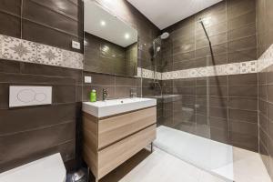 A bathroom at Chez Nous - 7 Appartements sur le Vieux Port