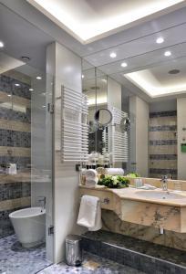 Salle de bains dans l'établissement Hotel Savoy by Prague Castle - Free Garage Mo - Sun
