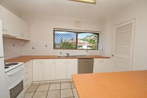A kitchen or kitchenette at Unit 4 'Cooltoro Court', Coolum Beach