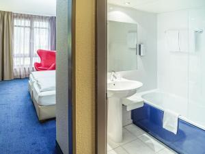 A bathroom at Golden Tulip Bielefeld City