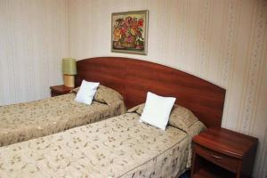 A bed or beds in a room at Hotel Aksu